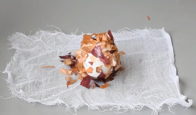 яйцо в луковой шелухе на марле
