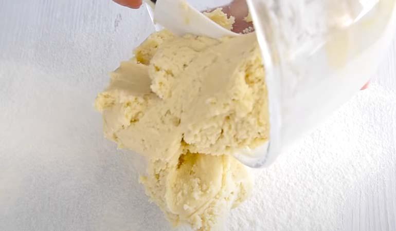 готовое песочное тесто для тертого пирога с вареньем