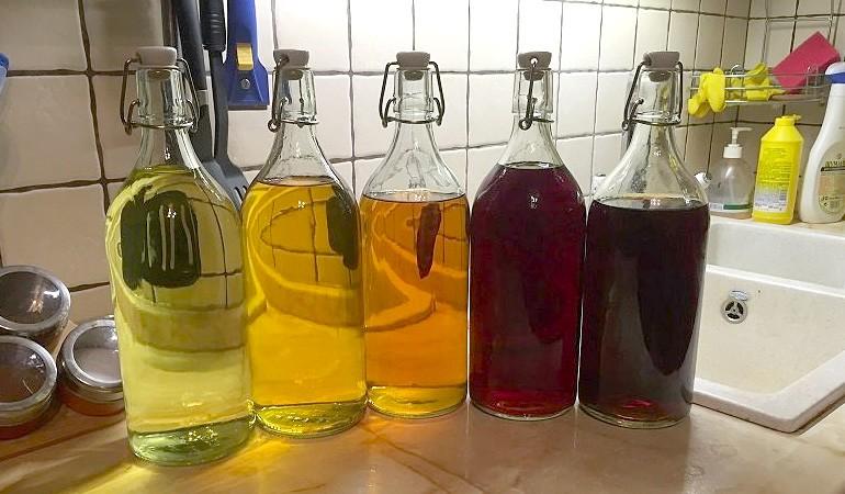 бутыли с ягодной настойкой