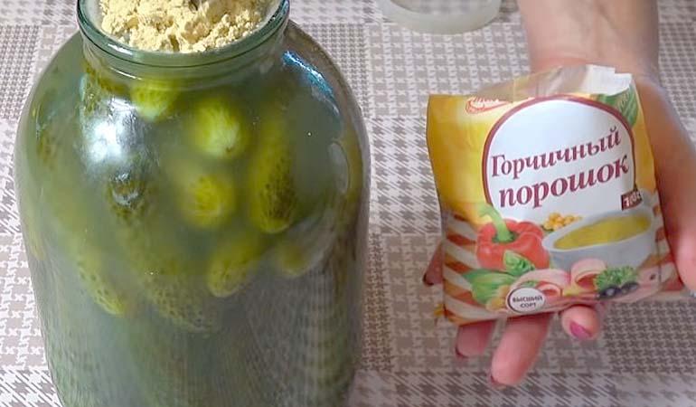добавляем горчицу в огурцы