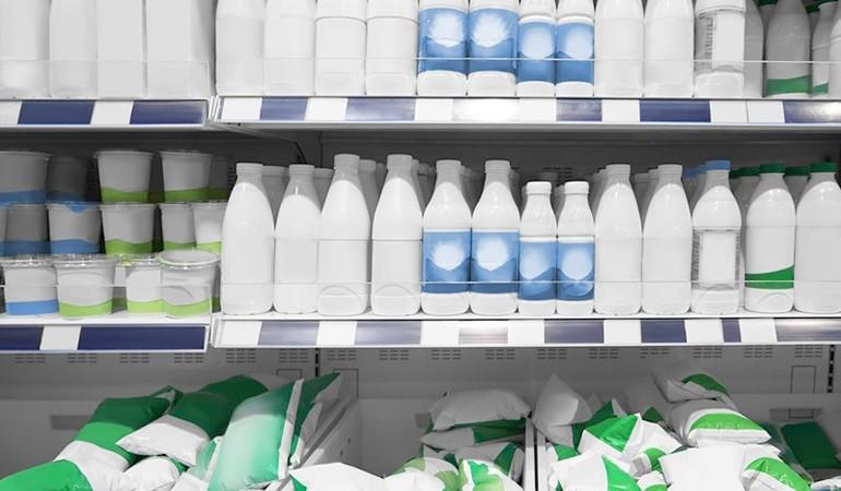 полка с молочной продукцией в супермаркете