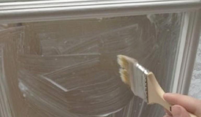 наносим крахмал на окно