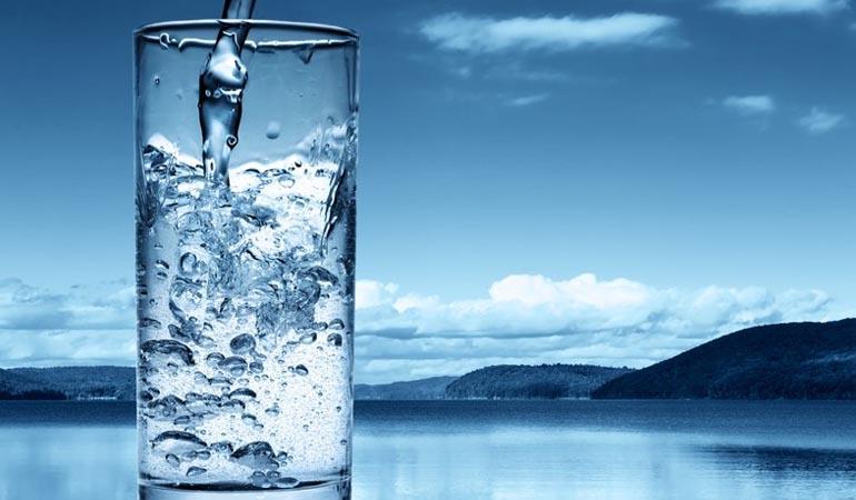 стакан полный воды
