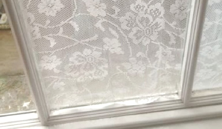 приклеиваем тюль на окно