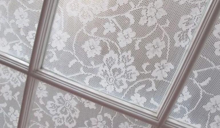 как приклеить тюль на окна