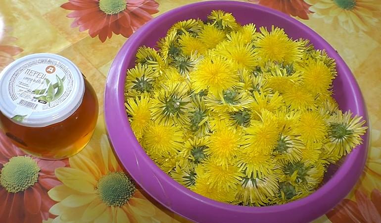 тазик с цветками одуванчика