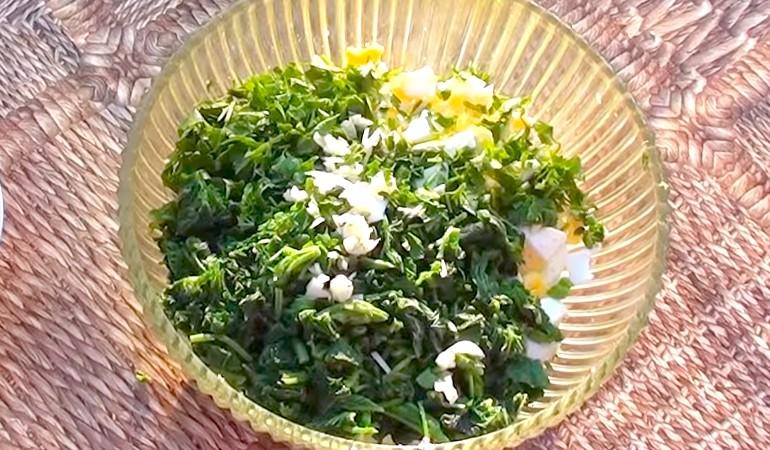 нарезаем крапивный салат