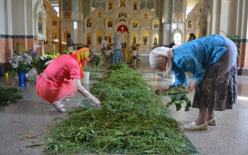 женщины в церкви ан Троицу