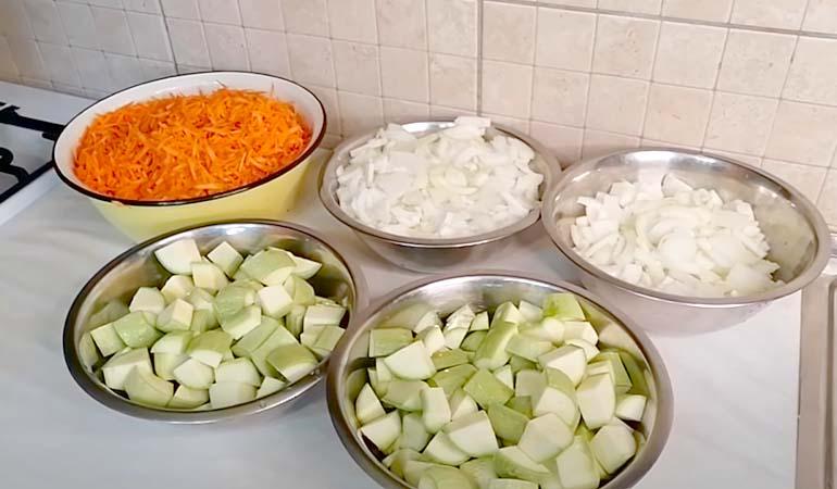 подготовленные овощи для салата из кабачков с морковью на зиму
