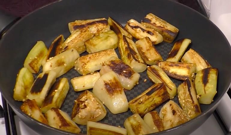 обжаренные баклажаны на сковороде